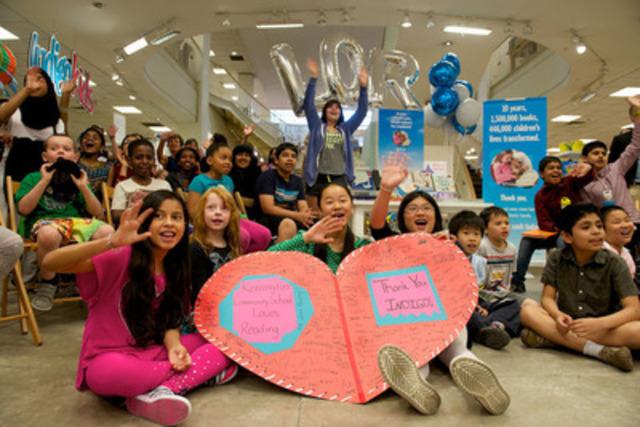 Élèves de l'école communautaire Kensington et de l'école publique Winchester de Toronto célébrant l'octroi d'une subvention du Fonds pour la littératie de la Fondation Indigo pour l'amour de la lecture. (Photo : Shan Qiao) (Groupe CNW/Fondation Indigo pour l'amour de la lecture)