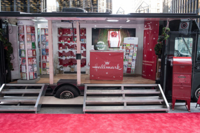 On Friday, December 11 and Saturday, December 12, a mobile Hallmark greeting card activation popped up throughout the streets of downtown Toronto, providing visitors with 1,300 complimentary greeting cards to send to their family and friends across the country. (Photo credit: Evan Bergstra) (CNW Group/Hallmark Canada)