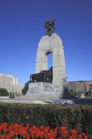 Le Monument commémoratif de guerre à Ottawa est l'un des nombreux mémoriaux de guerre que l'on retrouve au Canada (Groupe CNW/Hotels.com)