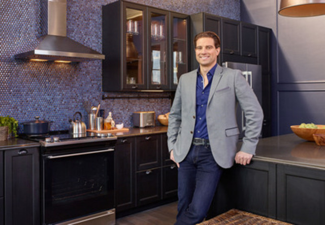 Scott McGillivray in the new IKEA SEKTION kitchen designed for him (CNW Group/IKEA Canada)