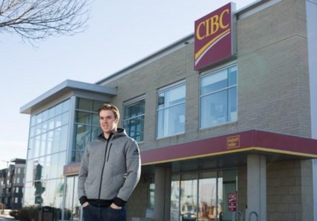 La vedette du hockey, Connor McDavid, s'associe à la CIBC pour un partenariat pluriannuel, prolongeant ainsi la relation à vie qu'il a avec la banque. (Groupe CNW/Banque CIBC)
