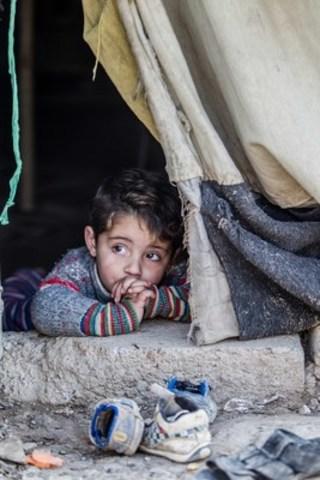 (c) UNICEF IRAQ/DUHOK/2015/SCHERMBRUCKER Hakim, âgé de trois ans, est dans sa tente au camp pour personnes réfugiées de Domiz, dans la région du Kurdistan, en Iraq. (Groupe CNW/UNICEF Canada)