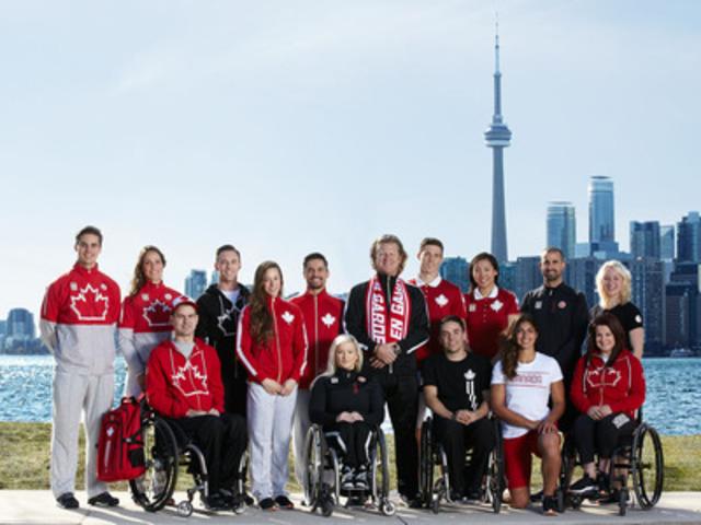 Les athlètes panaméricains et parapanaméricains en compagnie de Curt Harnett, chef de mission du Canada, vêtus de l'uniforme de La Baie d'Hudson pour TORONTO 2015 (Groupe CNW/la Baie d'Hudson)