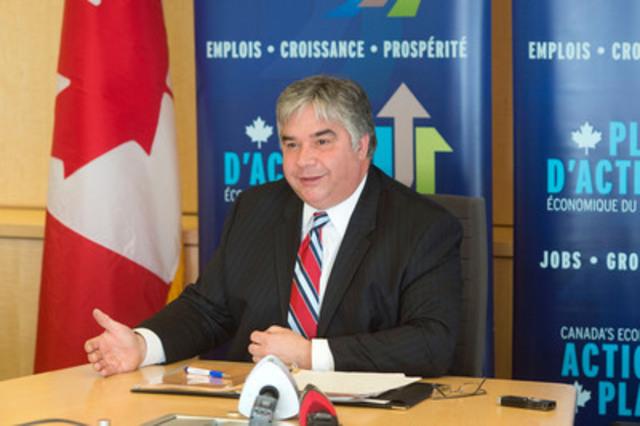 L'honorable Peter Van Loan prononçant son discours (Groupe CNW/Ressources humaines et Développement des compétences Canada)