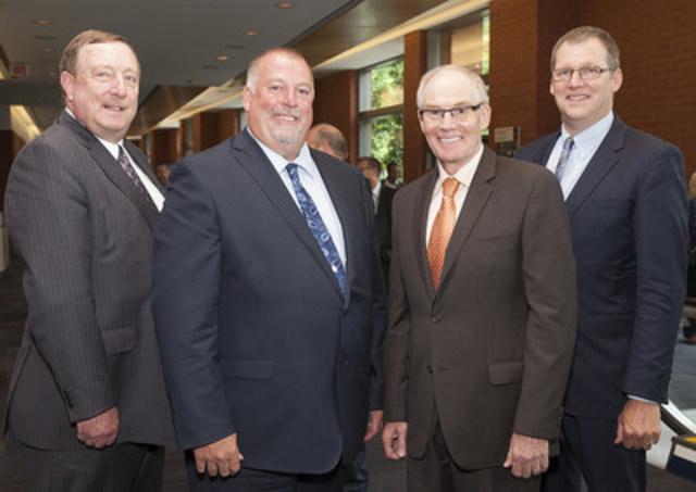 De gauche à droite : Michael Duncan, spécialiste du système judiciaire, département de la Monnaie, Banque du Canada; Bill Allen, enquêteur au Service de police d''Edmonton; chef Clive Weighill, président de l''Association canadienne des chefs de police; Brian Simpson, chef adjoint, Service de police d''Edmonton. (Groupe CNW/Banque du Canada)