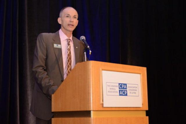 Steven Van Alstine, G.A.P, CAÉ, vice-président de la formation à l'Association canadienne de la paie (ACP) félicite les nouveaux Spécialistes en conformité de la paie (S.C.P) et Gestionnaires accrédités de la paie (G.A.P) lors d'un événement de reconnaissance à Vancouver. L'ACP offre les seuls programmes d'accréditation de la paie au Canada. Visitez paie.ca / payroll.ca pour plus d'informations. (Groupe CNW/Association canadienne de la paie)