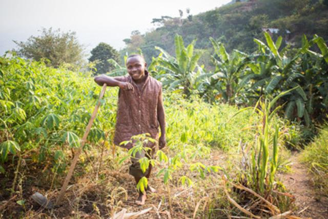 Sam, 18 ans (Kasese, Ouganda), participant au programme « Youth in Action »,  travaille dans le champ de sa famille (Groupe CNW/Save the Children)