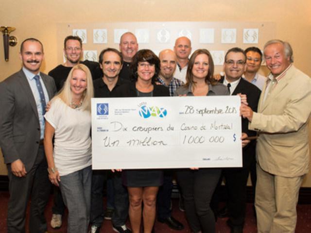 Les heureux gagnants en compagnie de Patrice Lavoie (à gauche), porte-parole de Loto-Québec, et d'Yves Corbeil. (Groupe CNW/Loto-Québec)