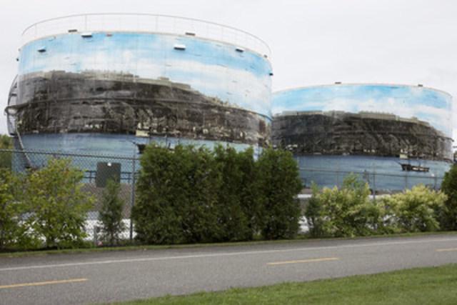 La raffinerie Jean-Gaulin de Lévis a dévoilé vendredi matin des fresques géantes sur deux de ses réservoirs. (Groupe CNW/Énergie Valero Inc.)