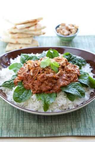 Pour un repas typique nord-américain ou un repas d'inspiration indienne comme le poulet au beurre et aux épinards, une cuisson lente permet de découvrir des saveurs succulentes. (Groupe CNW/Jarden Consumer Solutions)
