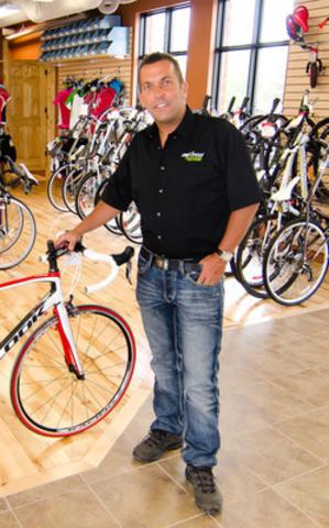 Jean-François Lapointe de Gatineau, au Québec, est l'Entrepreneur eBay Canada de l'année 2012. Il vend pour plus d'un million de dollars de pièces de bicyclette chaque année. Jean-François a lancé sa boutique en ligne, BDH Bikes, en 2006 après avoir acheté la boutique de vélos de son père. Depuis son lancement sur eBay, il a accumulé des ventes qui totalisent 6 millions de dollars et emploie maintenant cinq employés à temps complet pour son commerce en ligne. (nom d'utilisateur eBay : bdhbikestore) (Groupe CNW/eBay Canada)