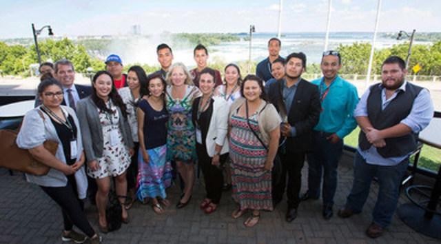 La ministre McKenna rencontre le Conseil des jeunes autochtones à la 37e assemblée générale de l'Assemblée des Premières Nations à Niagara Falls pour discuter des enjeux liés aux changements climatiques. (Groupe CNW/Environnement et Changement climatique Canada)