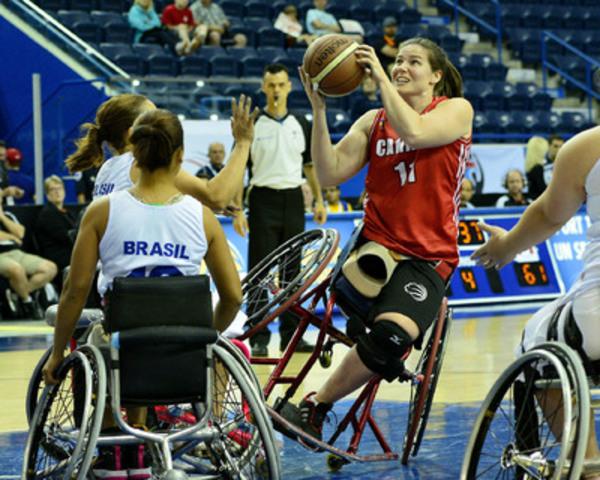 Darda Sales, du Canada, concourt contre le Brésil au Championnat du monde féminin de basketball en fauteuil roulant 2014, le 21 juin, au Mattamy Athletic Centre, à Toronto, Ont. (Groupe CNW/Basketball en fauteuil roulant Canada)