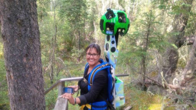 L'honorable Leona Aglukkaq, ministre de l'Environnement et ministre responsable de Parcs Canada, utilise la caméra panoramique Trekker pour saisir des images dans le Parc national du Canada Wood Buffalo. (Groupe CNW/Parcs Canada)