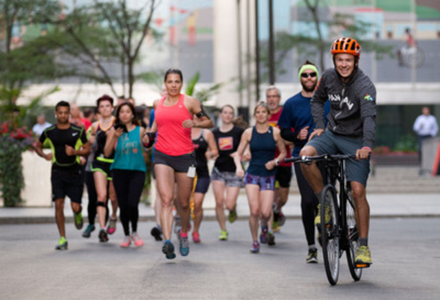 Canada's triathlon champion Simon Whitfield, a CIBC Team Next mentor, leads CIBC employees in an early morning #PanAmazing Run in Toronto's financial district ahead of TORONTO 2015 Pan Am Games' opening ceremonies (CNW Group/Canadian Imperial Bank of Commerce)