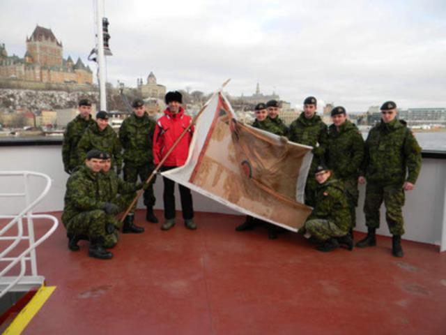 Le ministre Blaney et des membres du Régiment de la Chaudière lors de la marche commémorative en l'honneur du 104e Régiment de fantassins (Nouveau-Brunswick) (Groupe CNW/Anciens Combattants Canada)
