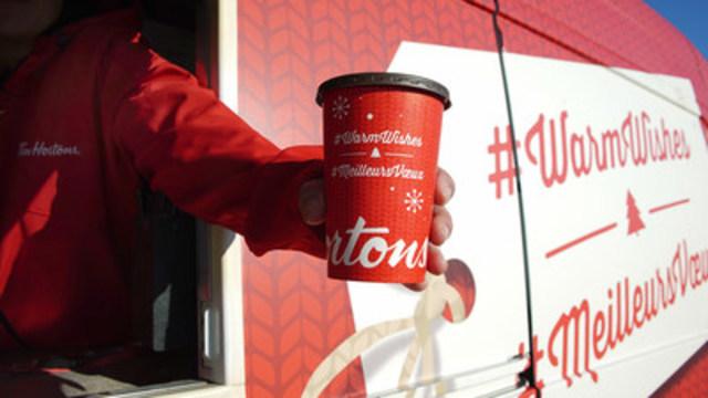 Ces six camionnettes offriront gratuitement le café préféré des gens d'ici dans de nouveaux gobelets des Fêtes. (Groupe CNW/Tim Hortons)