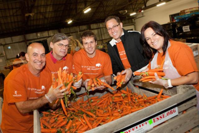 Le 28 septembre dernier, des employés du Casino de Montréal ont prêté main-forte aux bénévoles réguliers de Moisson Montréal lors de la Grande journée de bénévolat sur le thème Par pur plaisir de donner! (Groupe CNW/LOTO-QUEBEC)