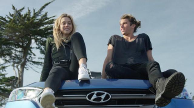 Jay Alvarrez et Alexis Ren, célébrités des médias sociaux, sont mis en vedette dans campagne publicitaire vidéo de Hyundai unique en son genre. Plutôt que d'avoir filmé dans un studio ou sur un plateau, une petite équipe vidéo a suivi Alvarrez et Ren alors qu'ils conduisaient le VUS compact Tucson de l'entreprise et a obtenu plus de 50 heures de tournage. (Groupe CNW/Hyundai Auto Canada Corp.)
