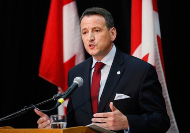 Le ministre des Ressources naturelles du Canada, l'honorable Greg Rickford, souligne l'acceptation de la Directive sur la qualité des carburants par le Parlement européen le vendredi 6 février 2015 à Calgary, en Alberta (Groupe CNW/Ressources naturelles Canada)