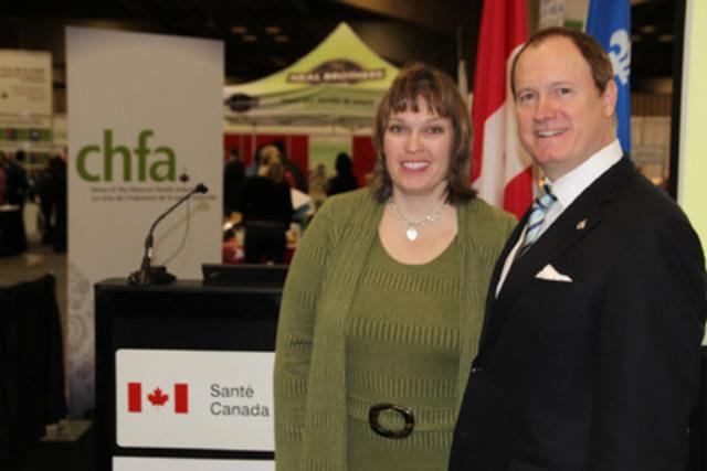 Le secrétaire parlementaire de la ministre fédérale de la Santé, M. Colin Carrie lors de l'annonce, à Montréal le 2 février 2013, accompagné de la présidente de l'Association canadienne des aliments de santé, Mme Helen Sherrard. (Groupe CNW/Santé Canada)