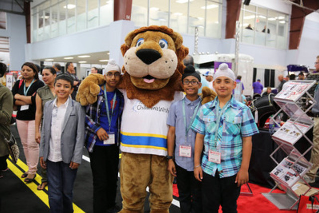 Young APNA Attendees Pose with Roary the Children's Wish Mascot (CNW Group/The Children's Wish Foundation of Canada)