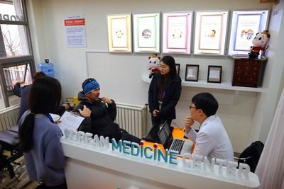مركز الطب الكوري الوحيد في الألعاب الأولمبية الشتوية في بيونغ تشانغ 2018 يقدم العلاجات الطبية الكورية للمساعدة على الحفاظ على صحة أعضاء الفرق الإعلامية في الألعاب