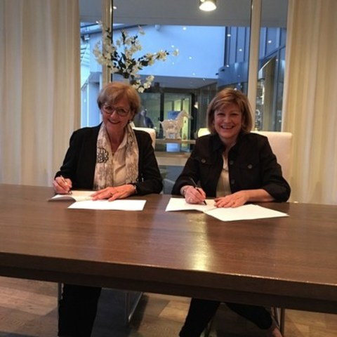 Radboudumc Board Member Cathy van Beek and Saint Elizabeth CEO Shirlee Sharkey recognize our collaboration at Our Future Health in the Netherlands. (CNW Group/Saint Elizabeth Health Care)