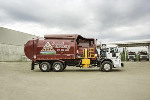 Un des nouveaux camions-bennes de Sani-Estrie alimenté exclusivement au gaz naturel comprimé: un carburant qui permet d'engendrer des économies à moyen et long termes et surtout, de réduire les émissions de gaz à effet de serre. (Groupe CNW/Gaz Métro)