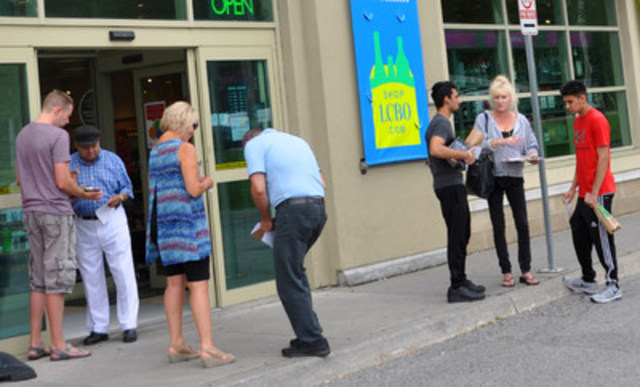 OPSEU members at the information picket were warmly received by LCBO customers. (CNW Group/Ontario Public Service Employees Union (OPSEU))