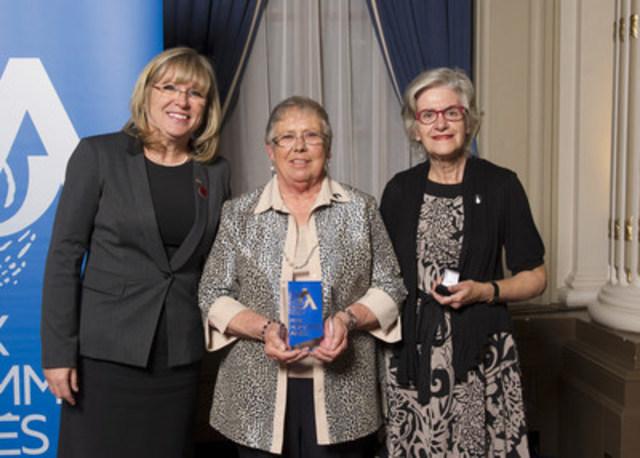 De gauche à droite : la ministre Mme Francine Charbonneau, la lauréate Mme Gisèle Baril et la trésorière et déléguée de la Table de concertation des aînés de l'Île-de-Montréal Mme Lise Beaudoin. (Groupe CNW/Cabinet de la ministre de la Famille)
