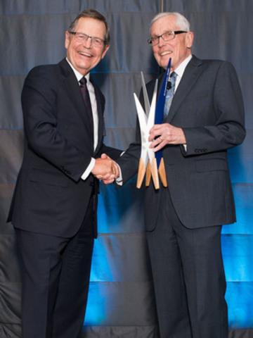 Gerry Pond, le tout premier Champion de l''entrepreneuriat BDC, est félicité par Jean-René Halde, président et chef de la direction de la Banque de Développement du Canada (BDC) (Groupe CNW/Banque de développement du Canada)