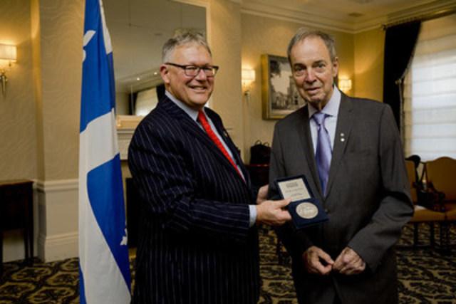 M. Pierre Nadeau décoré de la Médaille d'honneur de l'Assemblée nationale par le président, M. Jacques Chagnon. (Groupe CNW/Assemblée nationale du Québec)