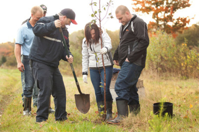 To underscore the fifth anniversary of the Moncton brewery, Molson Coors and employees committed to giving back to the community by planting trees in the vicinity of Ryan Street in Moncton and by inviting local residents to a special happy hour event from 5 pm to 7 pm in select city restaurants and bars. (CNW Group/MOLSON COORS CANADA)