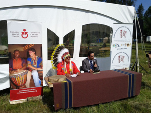 Le vice-chef Bobby Cameron, de la Federation of Saskatchewan Indian Nations, et Louis Moubarak, président et chef de la direction de Jeunesse Canada Monde ont signé ce matin un protocole d'entente qui encadrera les collaborations des deux organisations en faveur des jeunes des Premières Nations de la Saskatchewan. (Groupe CNW/JEUNESSE CANADA MONDE)