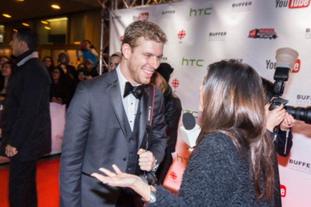 Corey Vidal, Canadian talent and founder of Buffer Festival, connects with media and fans at the 2014 Buffer Festival Red Carpet Gala (CNW Group/Buffer Festival)
