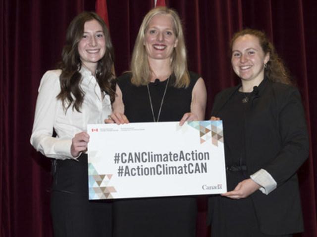 Le 17 mai 2016, la ministre de l'Environnement et du Changement climatique, l'honorable Catherine McKenna, a présidé une séance de discussion sur la croissance propre et la lutte contre les changements climatiques avec les élèves de l'école secondaire Magee, à Vancouver. (Groupe CNW/Environnement et Changement climatique Canada)