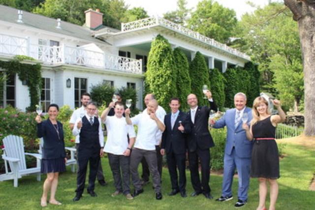 L'équipe de direction du Manoir Hovey célèbre la double reconnaissance de Travel & Leisure : #1 Meilleur Hôtel Villégiature au Canada et 19e Meilleur Hôtel au Monde. (Groupe CNW/Manoir Hovey)