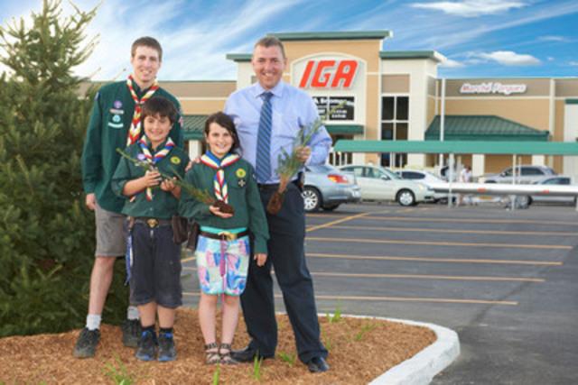 De gauche à droite : Jonathan Paradis (animateur Scouts de Windsor), deux scouts de Windsor et Jocelyn Forgues, propriétaire du IGA de Brompton (Groupe CNW/Jour de la Terre Québec)