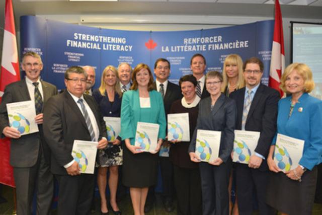 La chef du développement de la littératie financière, Jane Rooney, et le ministre d'État (Finances), Kevin Sorenson, entourés des membres du Comité directeur national sur la littératie financière qui étaient présents à l'événement (Groupe CNW/Agence de la consommation en matière financière du Canada)