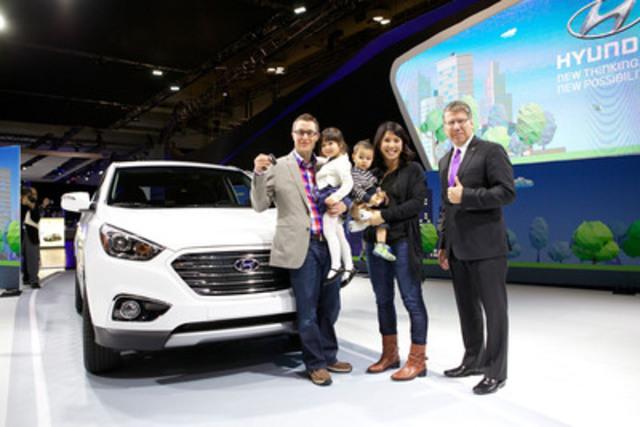 Une famille de Surrey (C.-B.) a reçu les clés d'un Tucson à pile à combustible, le plus récent VUS à émission zéro de Hyundai, lors du Salon international de l'auto du Canada. (Groupe CNW/Hyundai Auto Canada Corp.)