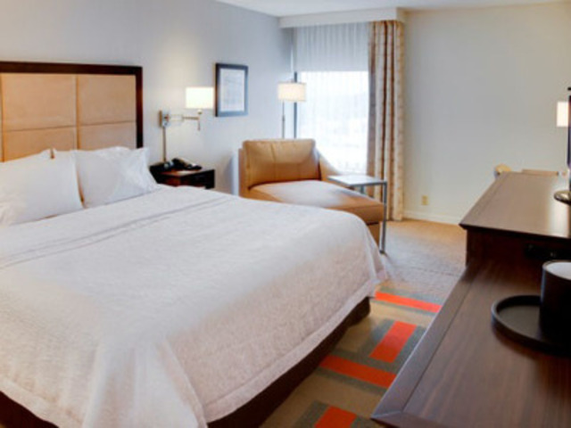 Renovated Guestroom (CNW Group/American Hotel Income Properties REIT LP)