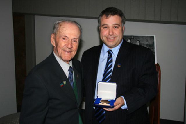 Légende : M. René Bureau, à gauche, recevant sa médaille du député de Jean-Talon , M. Sébastien Proulx Photo : Claude Bureau (Groupe CNW/Société des établissements de plein air du Québec)
