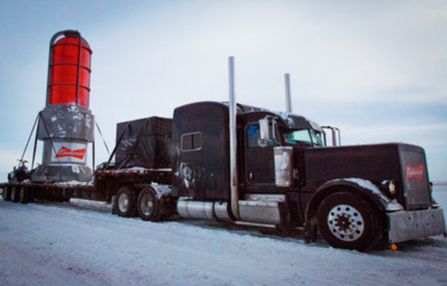 En route pour le Nord. Budweiser illumine le monde pour le Canada (Groupe CNW/BUDWEISER)