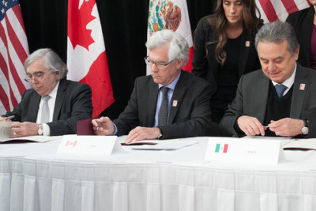 Le ministre des Ressources naturelles du Canada, l''honorable Jim Carr, et les secrétaires à l''Énergie du Mexique et des États-Unis, MM. Pedro Joaquín Coldwell et Ernest Moniz, signent un protocole d''entente sur une collaboration dans les dossiers du changement climatique et de l''énergie, le 12 février 2016, à Winnipeg. (Groupe CNW/Ressources naturelles Canada)