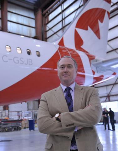 Le vice-président chargé des opérations d'Air Canada rouge, Al Read, était présent à l'aéroport de Mirabel pour prendre livraison du premier appareil Airbus 319 aux couleurs d'Air Canada rouge, qui fera l'objet d'une nouvelle conception intérieure. Le compte à rebours est commencé pour la nouvelle ligne aérienne vacances, qui offrira ses services vers l'Europe et les Caraïbes à partir du 1er juillet. De plus amples renseignements concernant la formation du personnel et les nouveaux uniformes seront dévoilés à partir du 27 mai. (Groupe CNW/Air Canada rouge)