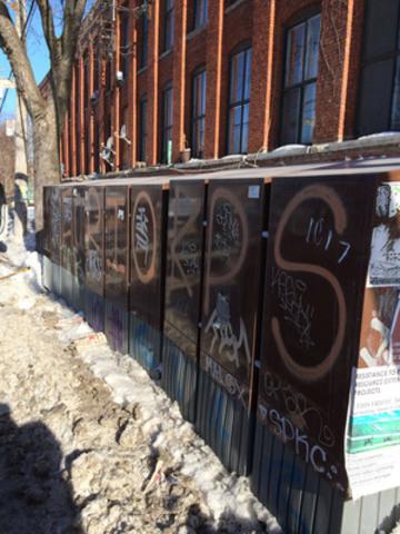 Les boîtes postales communautaires sont loin d'être un succès, comme le montrent les images capturées ce matin dans Le Sud-Ouest. Ces photos s'ajoutent à toutes celles prises dans la Couronne Nord et déposées en preuve par des résidents insatisfaits et en colère. Graffiti, bris fréquents, malpropreté, problèmes de déneigement et de déglaçage, etc. (Groupe CNW/Ville de Montréal - Arrondissement du Sud-Ouest)