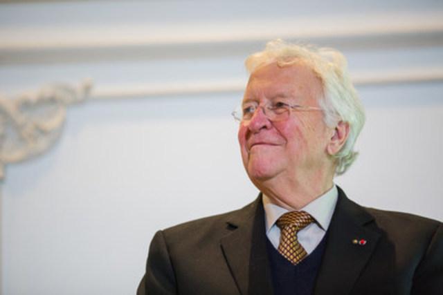 Jean-Paul L'Allier remet le prix qui porte son nom lors du congrès 2015 de l'Ordre des urbanistes du Québec, à Gatineau. (Groupe CNW/Ordre des urbanistes du Québec)