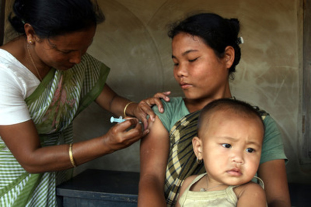 Un travailleur de la santé immunise une femme enceinte à l'aide d'un vaccin contre le tétanos dans un endroit reculé du Bangladesh. (Groupe CNW/UNICEF Canada)