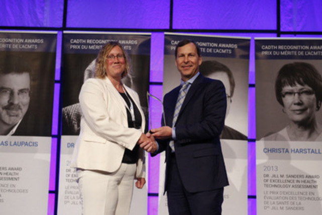 Dr. Fiona Clement receives the Maurice McGregor Award at the 2015 CADTH Symposium. (CNW Group/Canadian Agency for Drugs and Technologies in Health (CADTH))